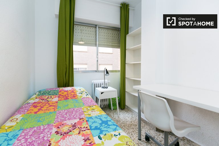 Single Bed in 5 Rooms available in luminous flat with balcony near University of Granada in Ronda area