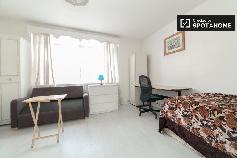 Ładny pokój w mieszkaniu z trzema sypialniami w Tower Hamlets w Londynie