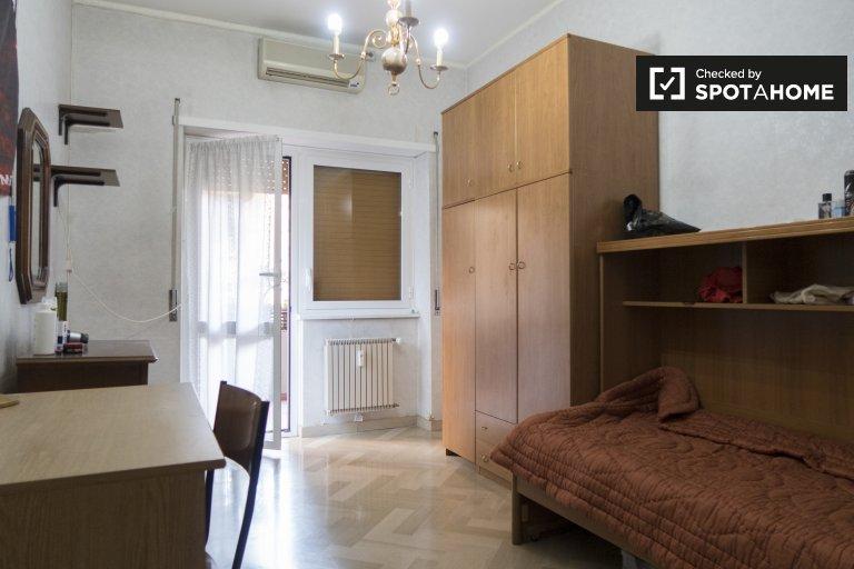 Chambres à louer à appartement de 3 chambres à Tiburtina, Rome