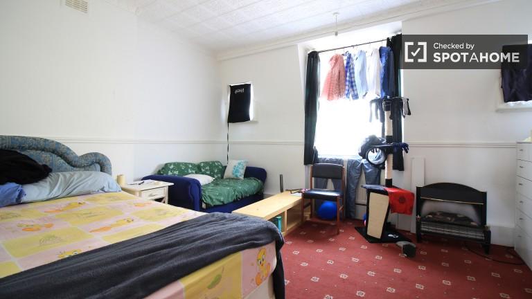 Bethnal Green, Londra'da paylaşılan daire içinde bol oda