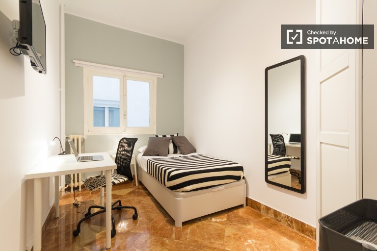 Bedroom 4 with single bed and interior view