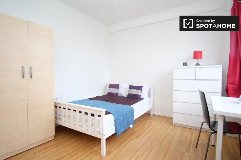 Umeblowany pokój w czteropokojowym mieszkaniu w Whitechapel w Londynie