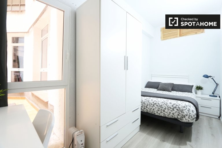 Comfortable room in 6-bedroom apartment in Acacias, Madrid