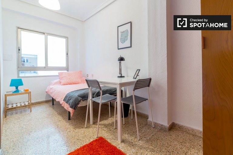Single Bed in Rooms to rent in a 5-bedroom apartment in Algirós, close to universities