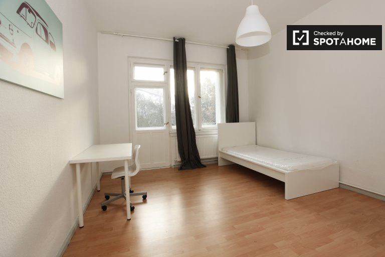 Single Bed in Rooms for rent in a 2-bedroom apartment with balcony in Neukölln