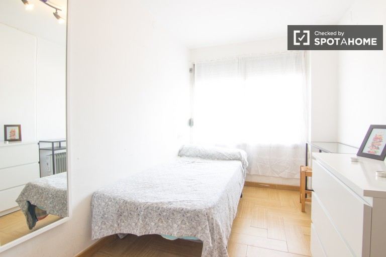 Single Bed in Rooms for rent in a 4-bedroom apartment with balcony in Algirós, ideal for students