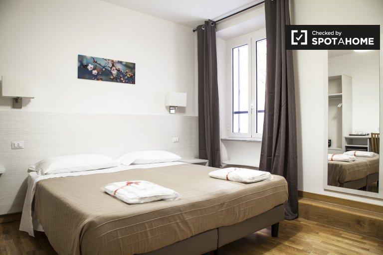 Se alquila habitación en apartamento de 6 dormitorios en Salario, Roma