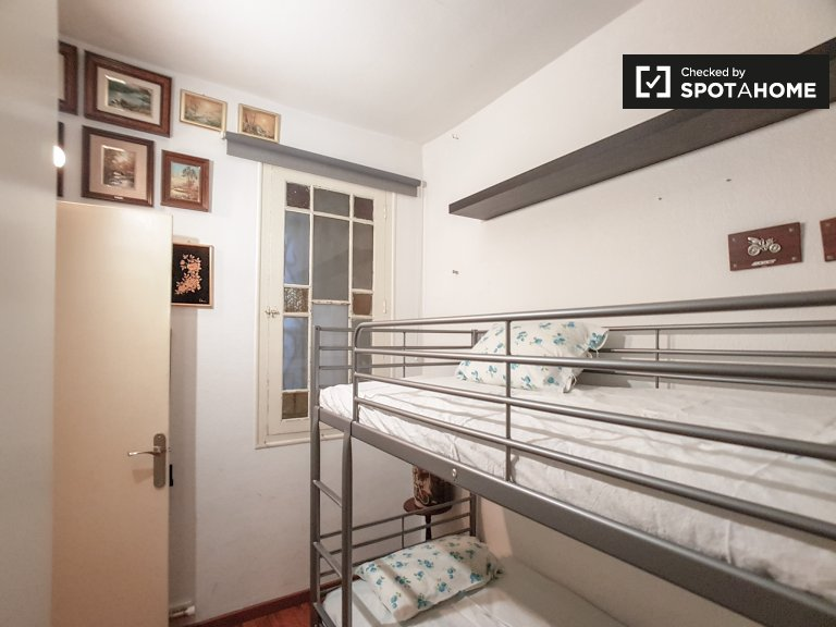 Room for rent in 2-bedroom apartment in Eixample, Barcelona