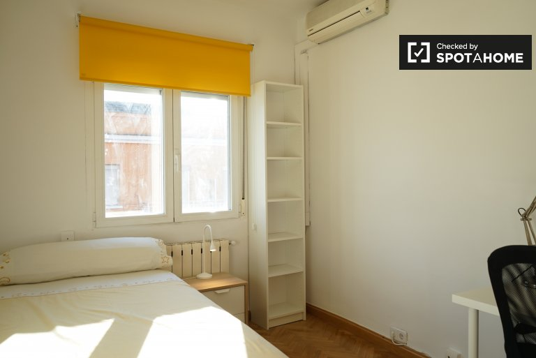 Room with AC to rent in 4-bed apartment, Puente de Vallecas