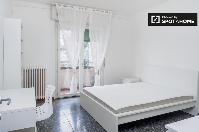 Double Bed in Rooms for rent in a 3-bedroom apartment with balconies in Morivione