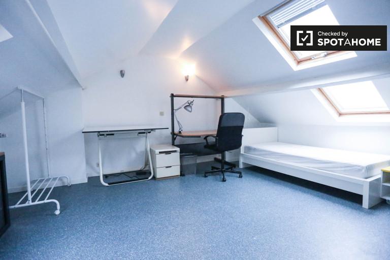 Encantadora habitación en un apartamento de 7 dormitorios en Schaerbeek, Bruselas