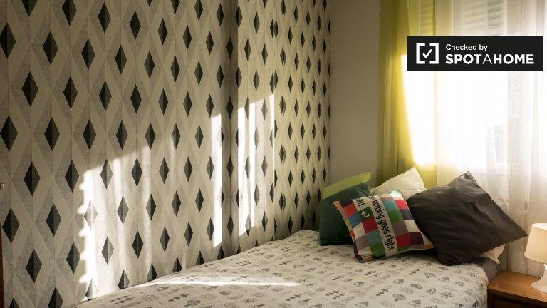 Se alquila habitación en apartamento de 5 dormitorios en Alcalá de Henares.