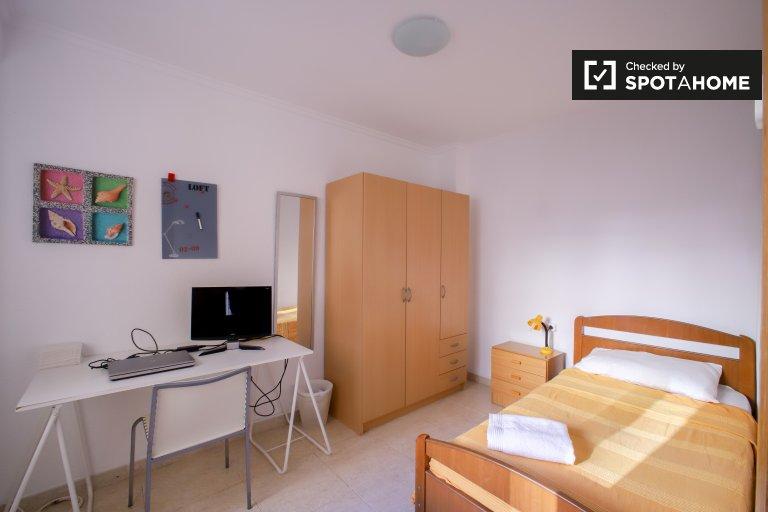 Bright room in 3-bedroom apartment in Algirós, Valencia