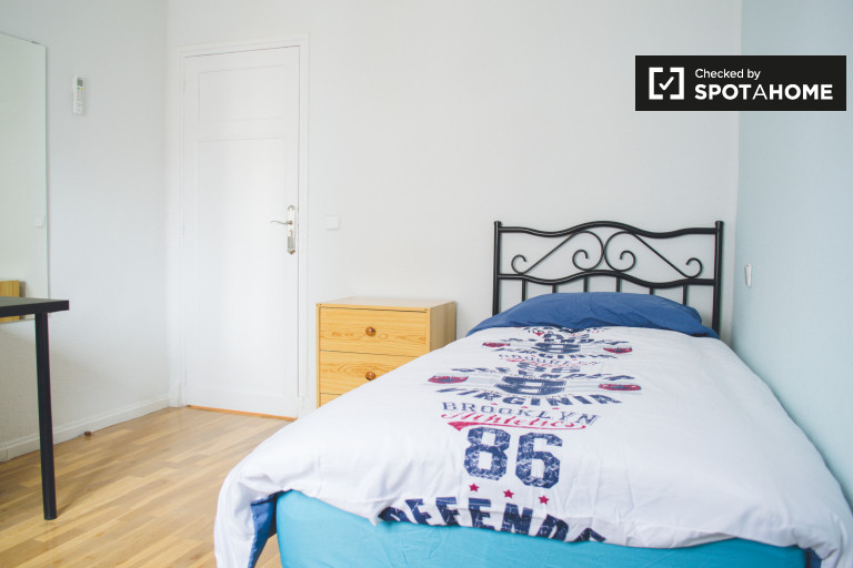 Decorated room in 4-bedroom apartment in Chamartín, Madrid