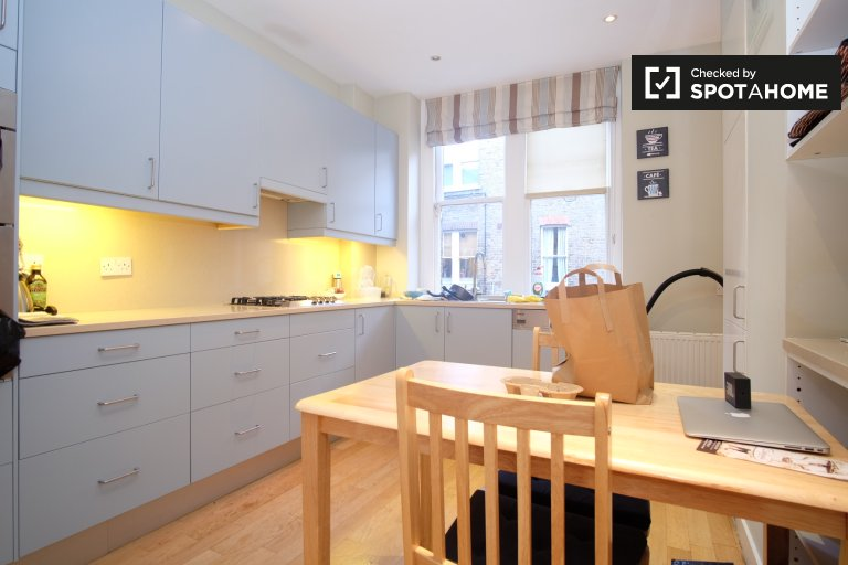 Rooms to rent in bright 4-bedroom flat in Chelsea, London
