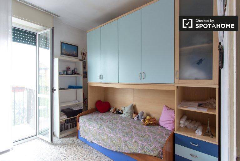 Quarto individual em apartamento de 4 quartos em Comasina, Milão