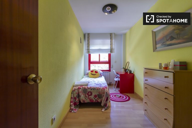Bright room for rent in 3-bedroom apartment, Usera