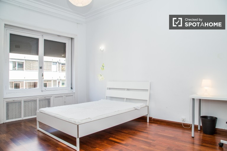 Double Bed in Rooms for rent in 7-bedroom apartment in Sarrià-Sant Gervasi