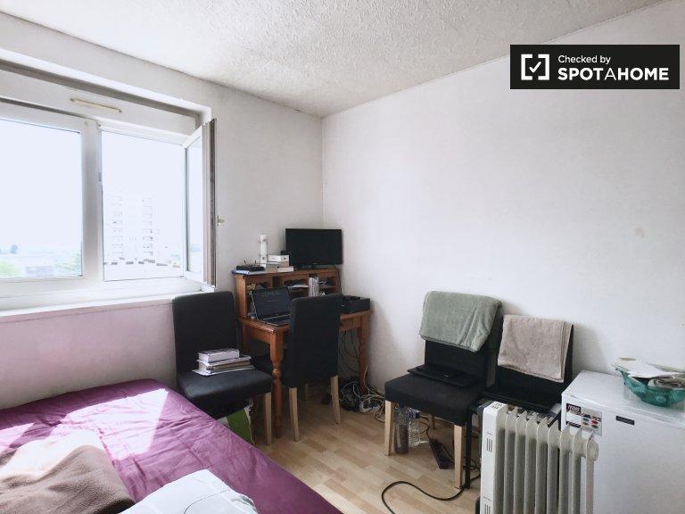 Accogliente camera in appartamento con 4 camere da letto a Créteil, Parigi