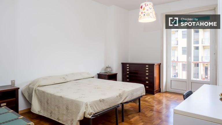 Camera da letto 1 con letto matrimoniale e accesso al balcone