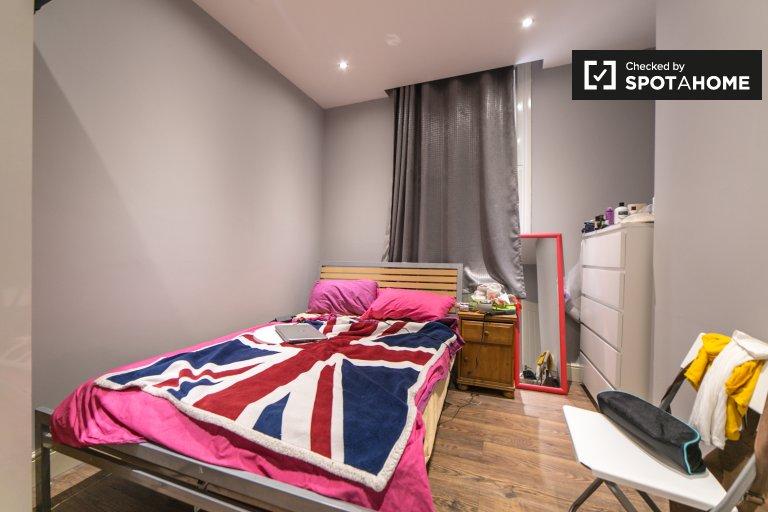 Przytulny pokój w trzypokojowym mieszkaniu w Camden w Londynie