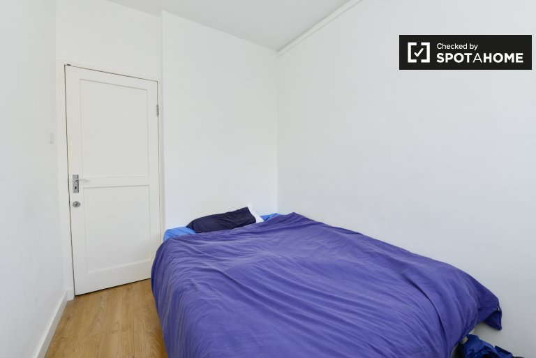 Double Bed in Rooms for rent in a modern 4-bedroom flat near Pimlico, zone 1