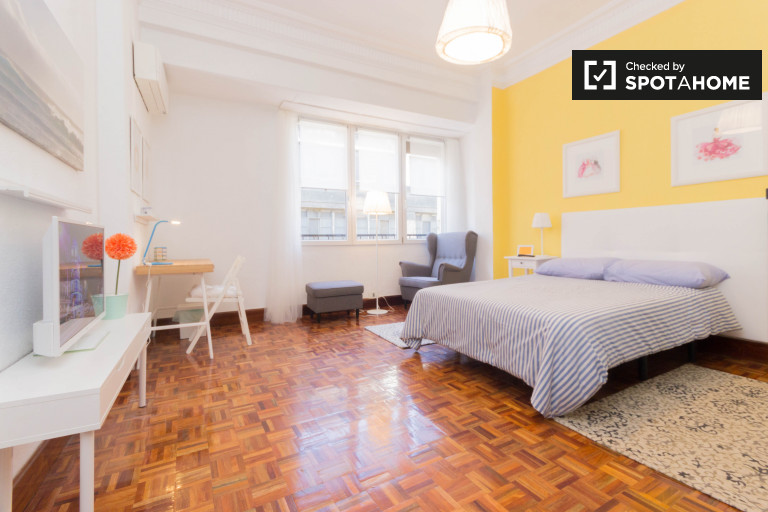 Spacious room in 5-bedroom apartment in Uribarri, Bilbao