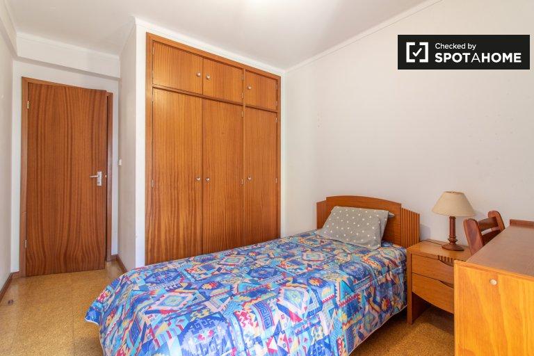 Lizbon, Marvila'da 3 yatak odalı dairede mobilyalı oda