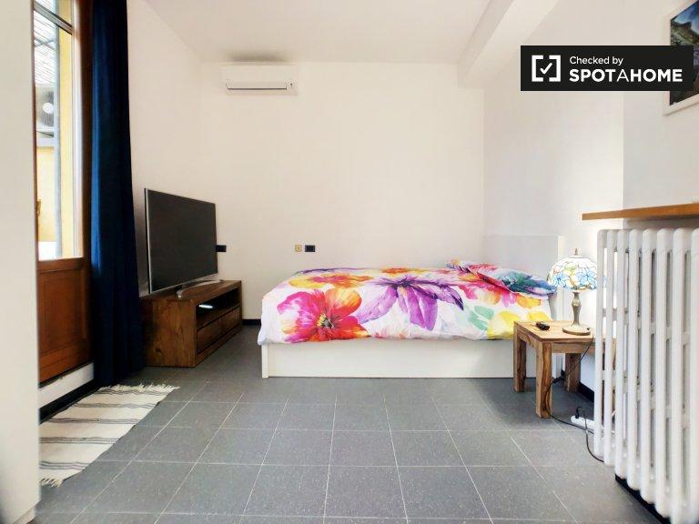 Quarto para alugar em luminoso apartamento de 2 quartos com ar condicionado em Sarpi