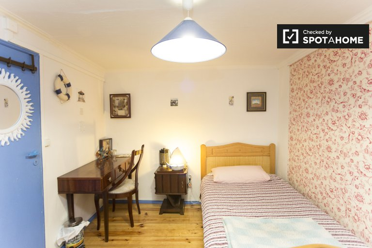 Spacious room for rent in 3-bedroom apartment in Arroios