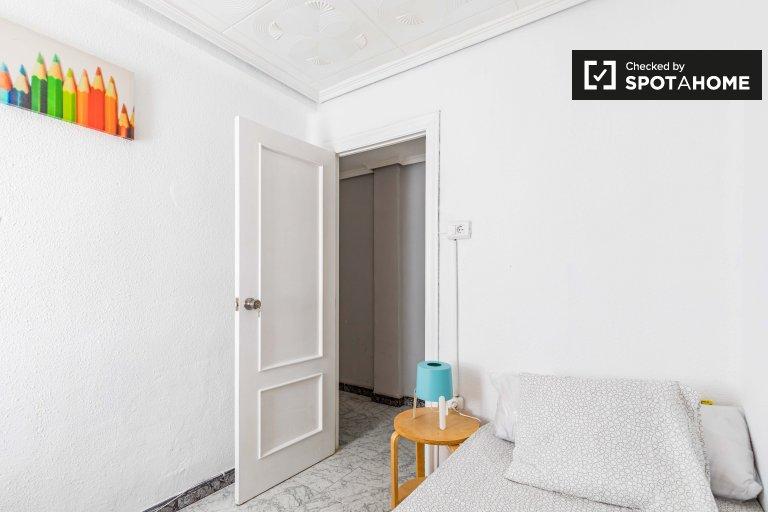 Przytulny pokój do wynajęcia w 5-pokojowym mieszkaniu w Benimaclet