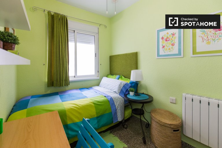 Single Bed in Room with private bathroom for rent in a 3-bedroom apartment in Figares