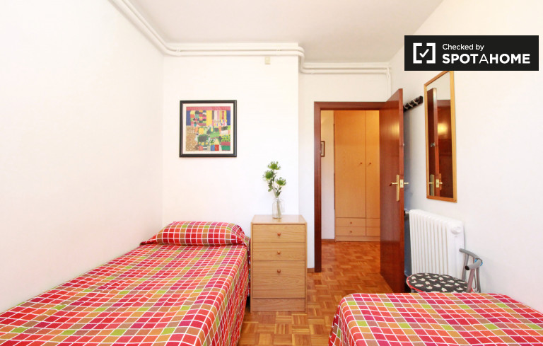 Słoneczny pokój we wspólnym mieszkaniu w Eixample, Barcelona