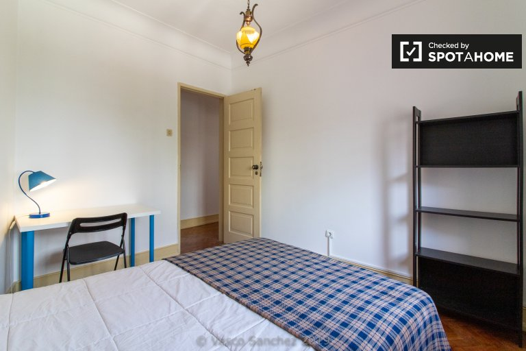 Room for rent in 4-bedroom apartment in Arroios, Lisbon