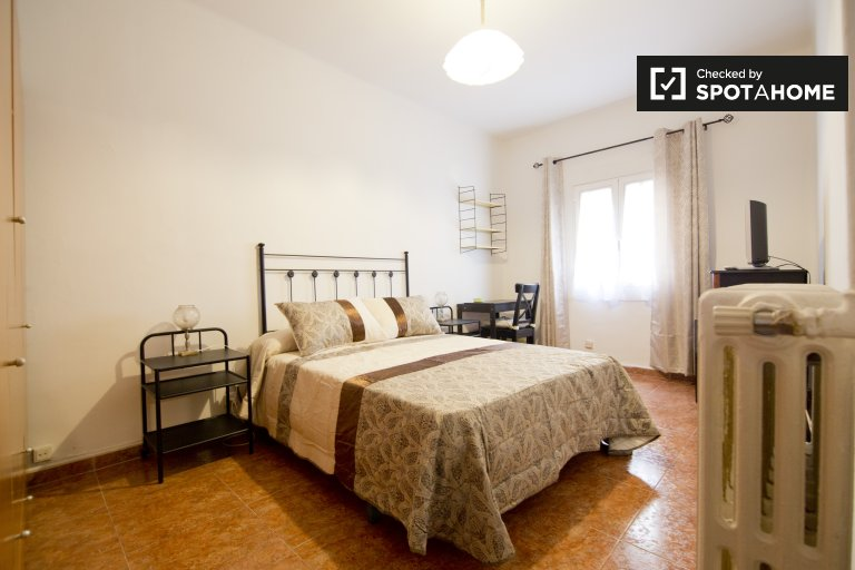 Spacious room in 5-bedroom apartment, Imperial, Madrid