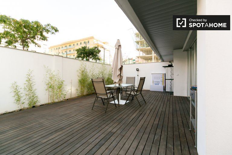 Affordable 1-bedroom luxury apartment with renovated terrace for rent in Figares