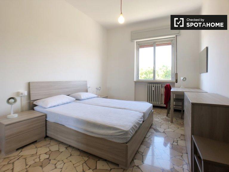 Quarto luminoso em apartamento de 2 quartos em Forlanini, Milão