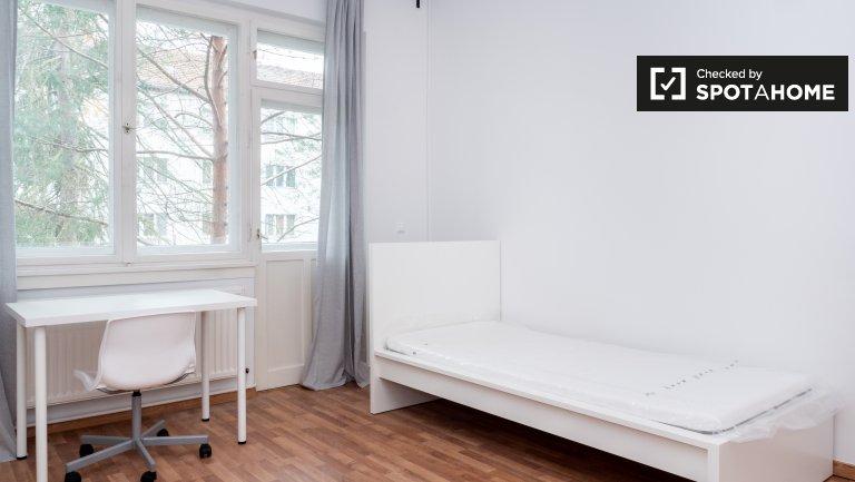 Neukölln, 2 yatak odalı apartman dairesinde kiralık aydınlık oda