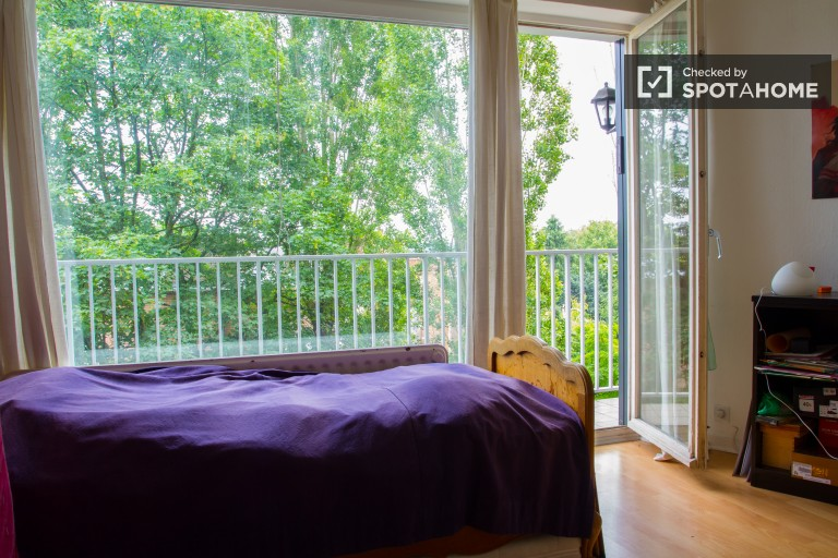 Ample room in 3-bedroom apartment in Uccle, Brussels