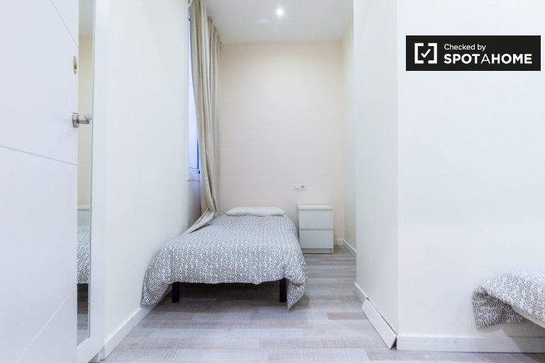 Sunny room in 4-bedroom apartment, Barri Gòtic, Barcelona