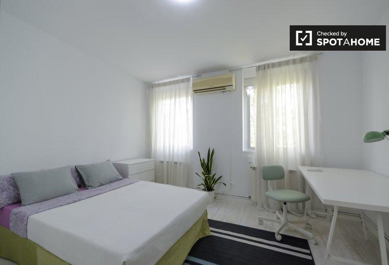 Duży pokój w apartamencie z 2 sypialniami w Casa de Campo w Madrycie