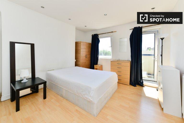 Tower Hamlets, Londra'da 3 yatak odalı dairede geniş oda.