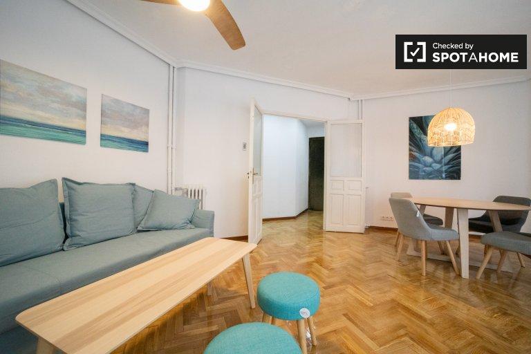 Elegancki apartament z 2 sypialniami do wynajęcia w Cuatro Caminos w Madrycie