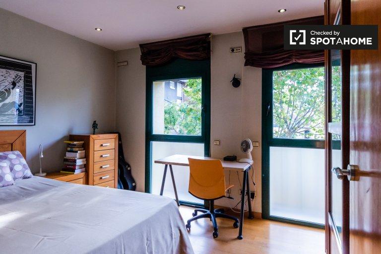 Se alquila habitación en apartamento de 2 dormitorios en Horta-Guinardó.