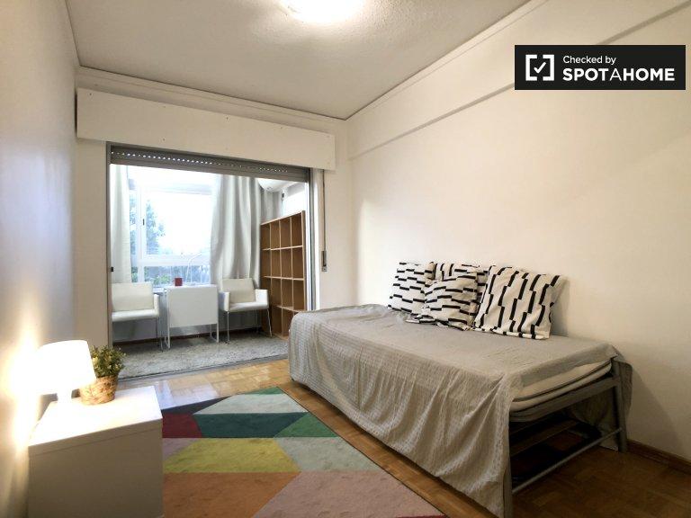 Quarto luminoso em apartamento de 2 quartos em Carcavelos, Lisboa