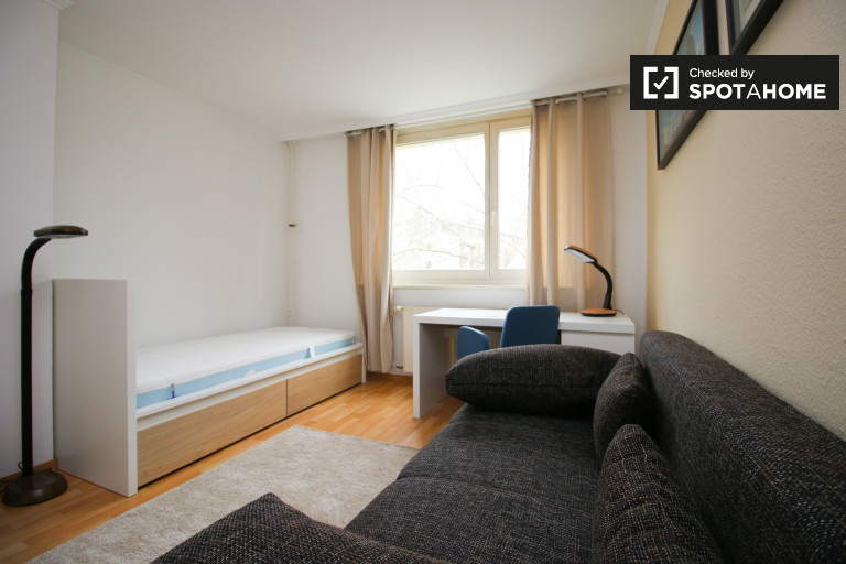 Single Bed in Rooms to rent in spacious 2-bedroom apartment in Zehlendorf