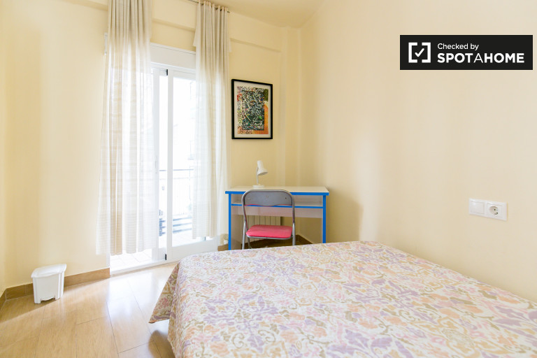 Double Bed in Rooms for rent in sunny 4-bedroom apartment with balcony in Realejo