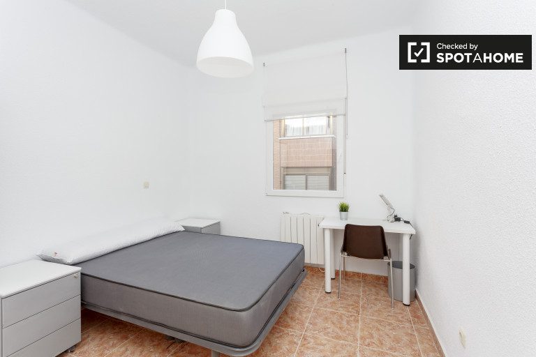 Ample room in 4-bedroom apartment in Carabanchel, Madrid