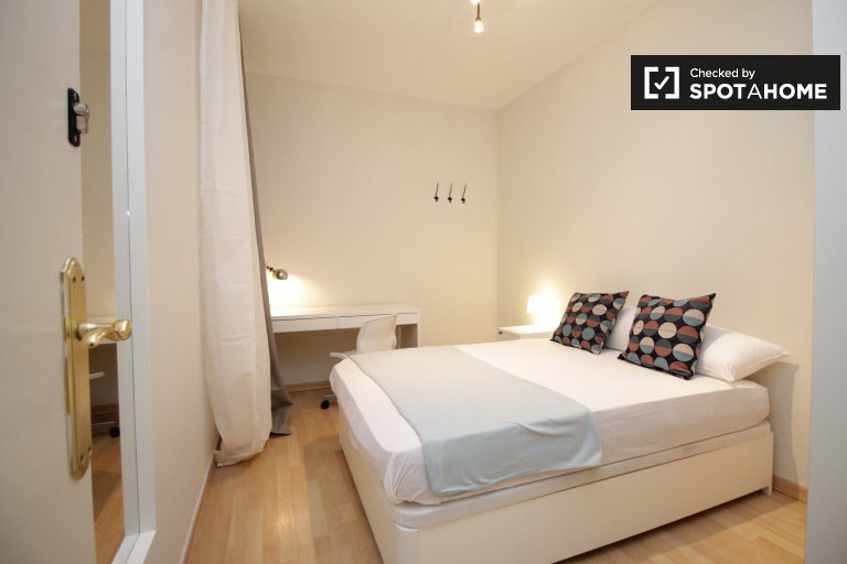 Furnsihed room in 5-bedroom apartment in Les Corts Barcelona