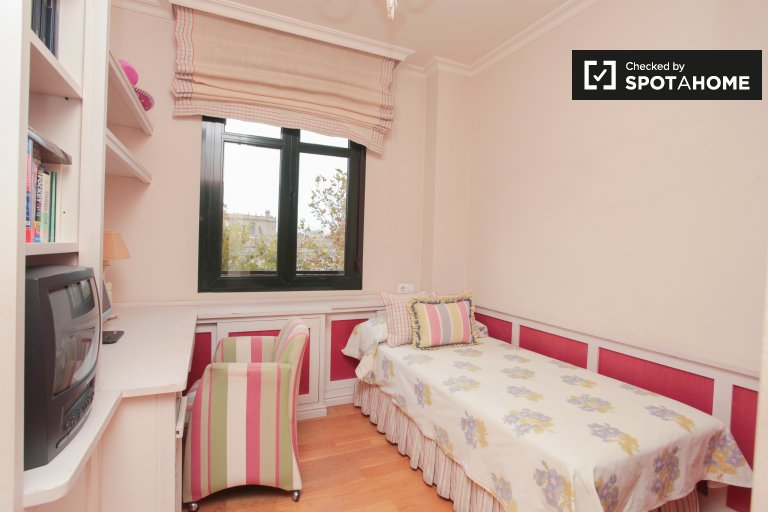 Single Bed in Sunny rooms for rent in 3-bedroom apartment with swimming pool in La Macarena